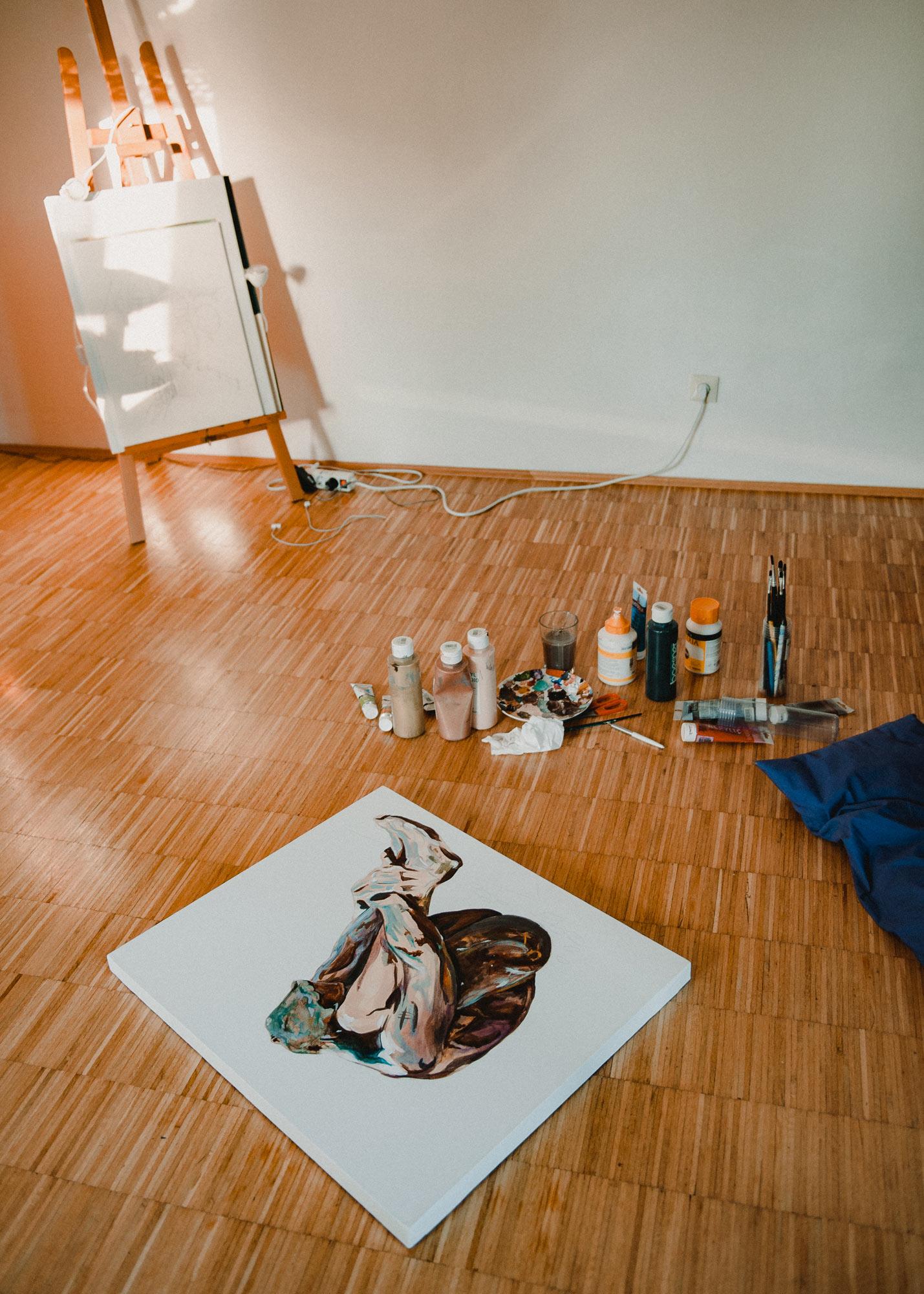 Fotodokumentation der Motiventstehung. Leinwand, Pinseln, Farben und Staffelei