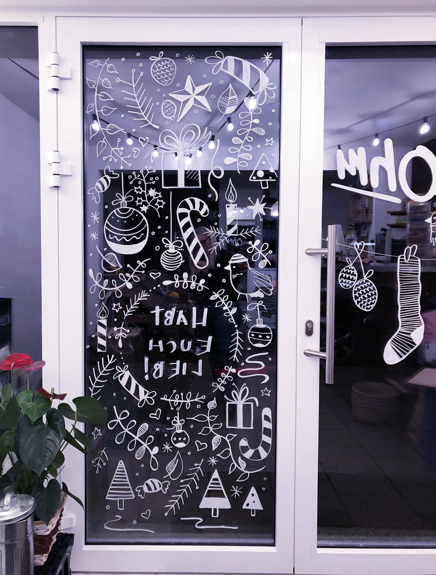 Schaufenster des Kiosks Tante OHM mit unzählichen Weihnachtsmotiven und dem Text