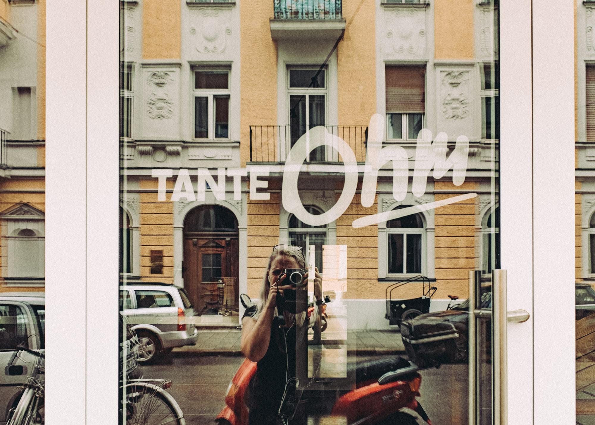 Foto des Tante Ohm Logos auf dem Schaufenster