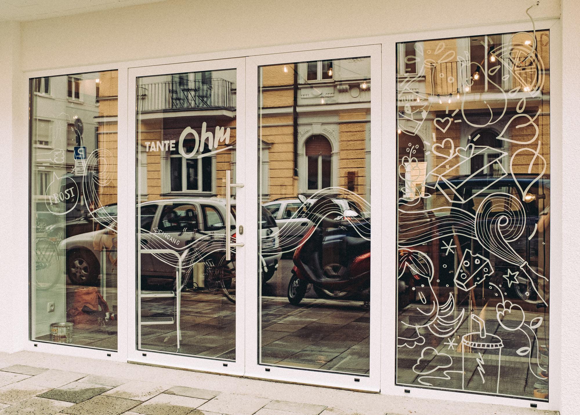 Foto der kompletten Schaufensterfläche des Superkiosks Tante Ohm in München