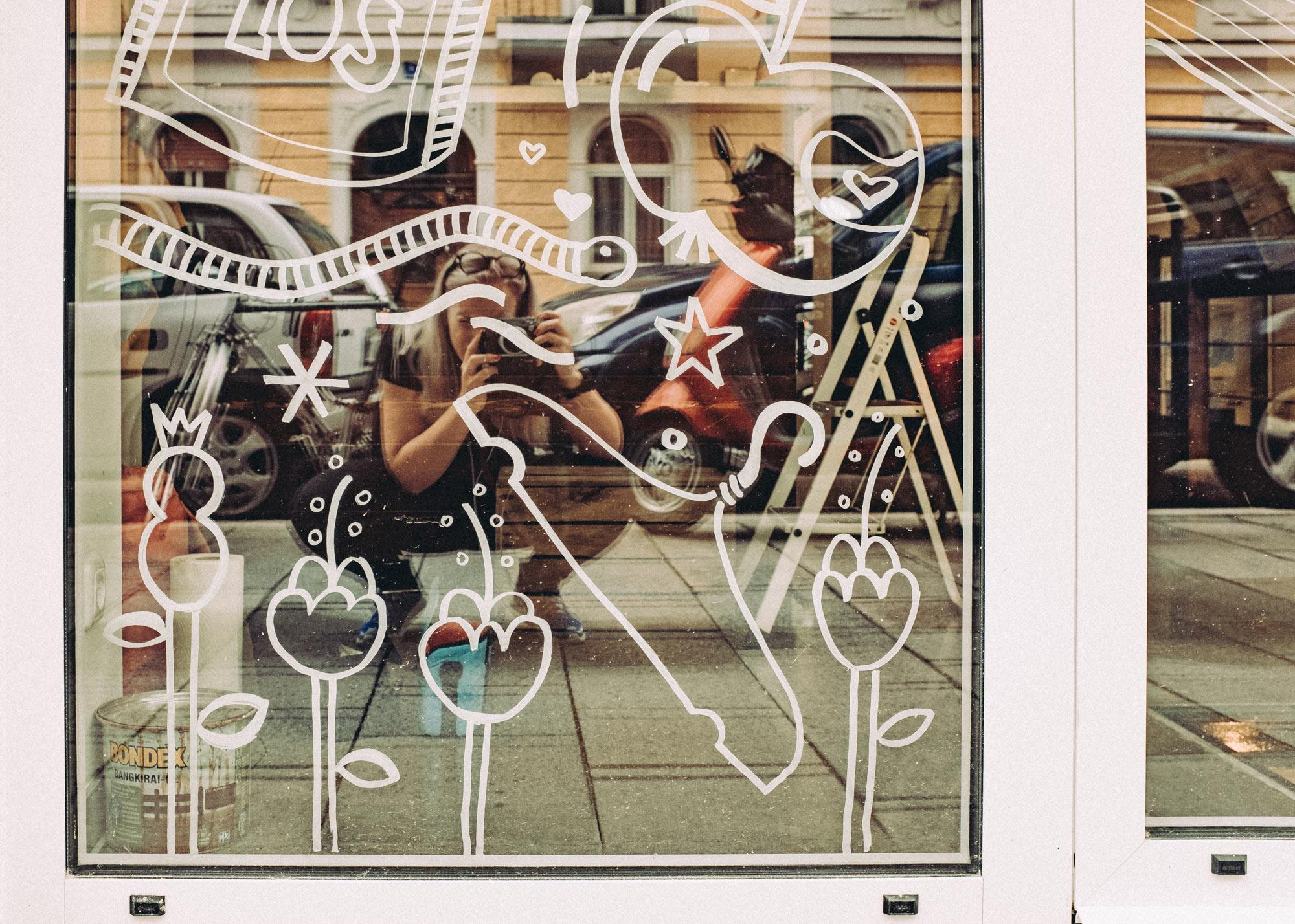 Nahaufnahme der Schaufensterbemalung des Superkiosks Tante Ohm in München