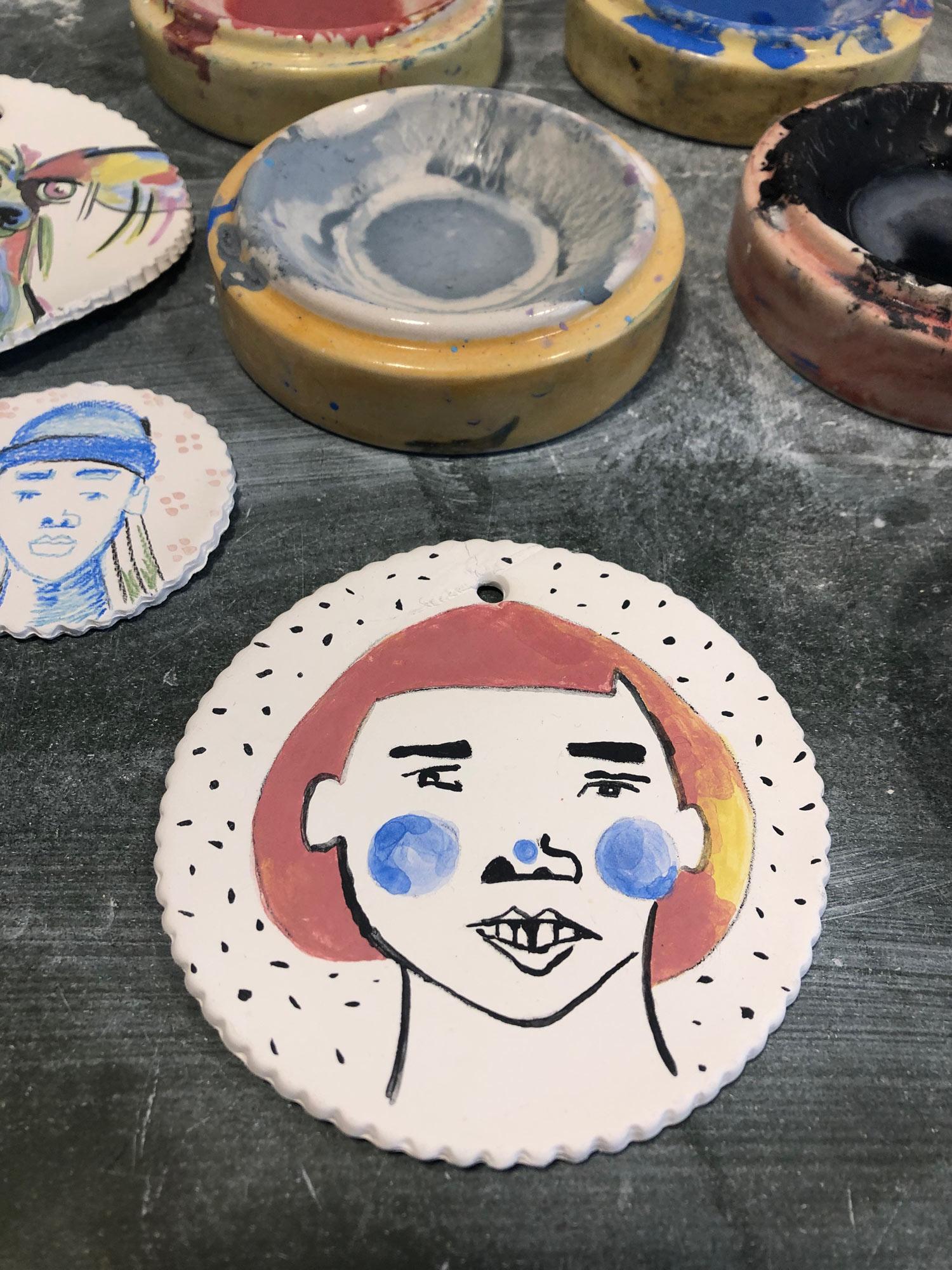 Dokumentation des ersten Tests, auf Keramik zu malen.