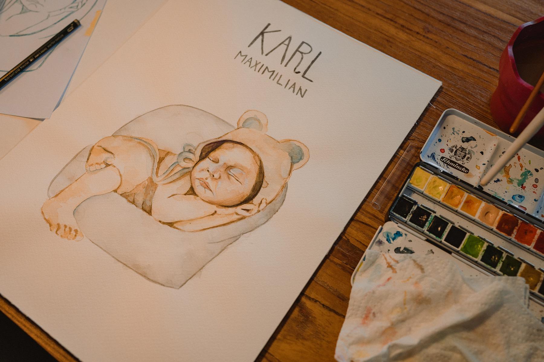 Die Zeichnung eines Neugeborenen in einem Strampler mit Bärenohren.